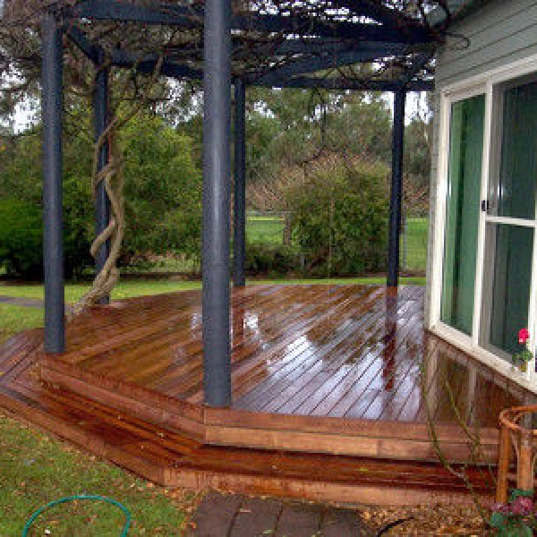 Timber-decking-with-steps-x400